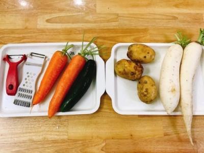 Hoạt động nội trợ bé dùng nạo để gọt vỏ củ quả ,sắt lát và bày đĩa của lớp Sao Kim.