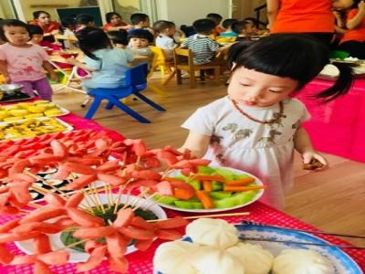 Hôm nay các bé trường mầm non Ngôi nhà Montessori được dự tiệc buffet tại trường, các bé rất thích và ăn rất ngon miệng bố mẹ ạ.